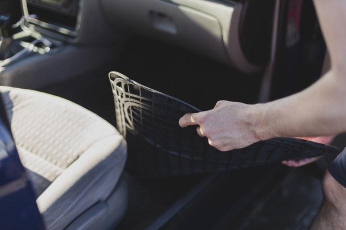 Cara Menjaga Karpet Mobil Tetap Bersih Saat Musim Hujan