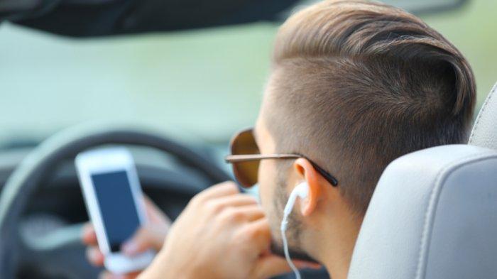 Bahaya Pakai Headset Saat Nyetir, Mulai Ditilang Sampai Sebabkan Tumor