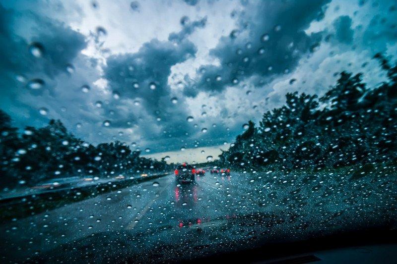 Jaga Visibilitas saat Berkendara di Tengah Hujan dengan Tips Ini!