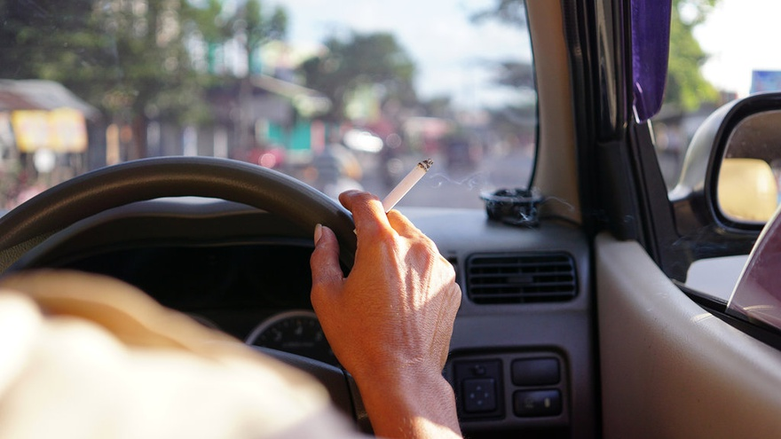 Biasa Merokok di Mobil? Stop Kebiasaan Itu dan Kenali Tiga Bahayanya